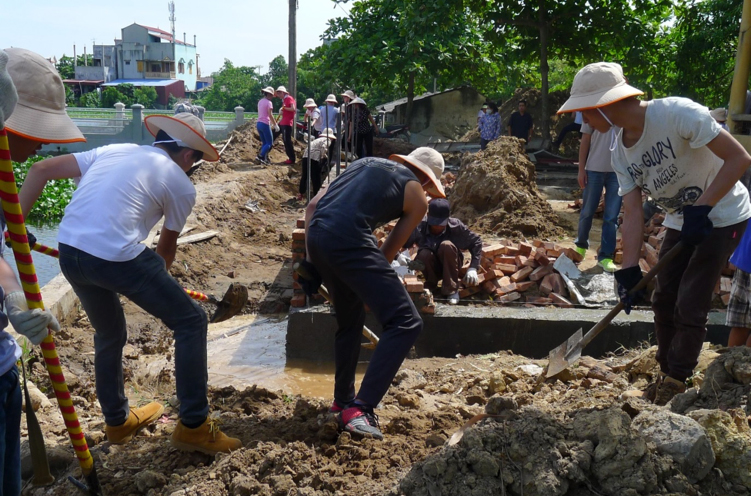 Students helped the local construction workers for ground excavation